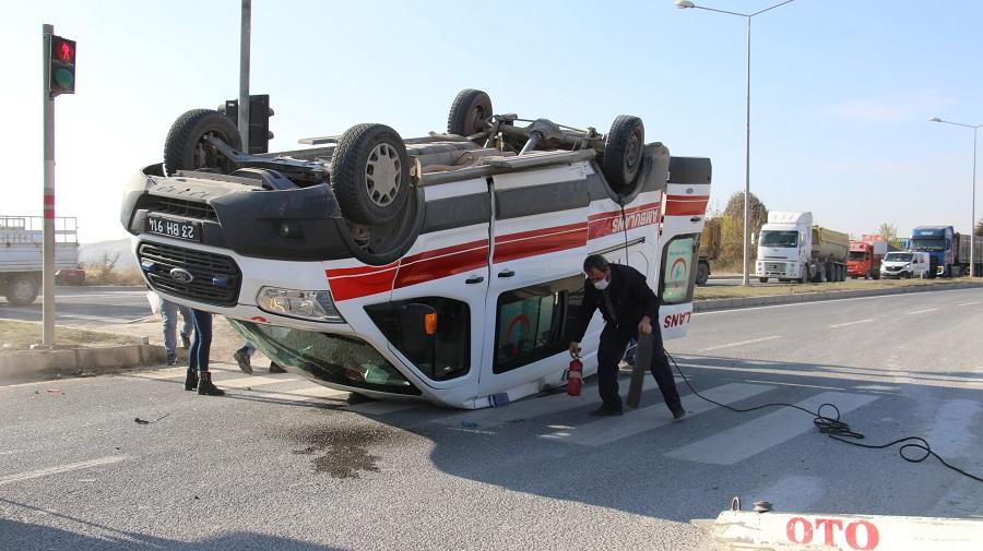 Ambulans, Hafif Ticari Araçla Çarpıştı: 4 Yaralı