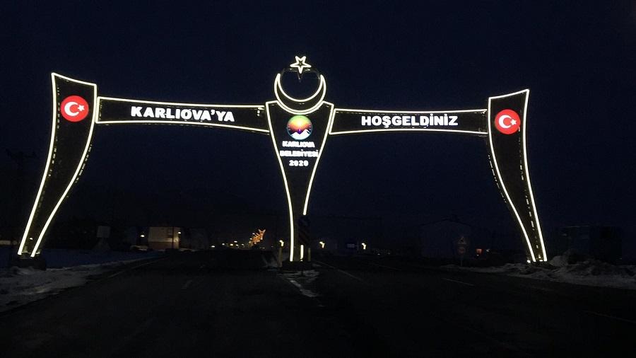 Karlıova'da Cadde ve Sokaklar Aydınlatmalarla Renklendi