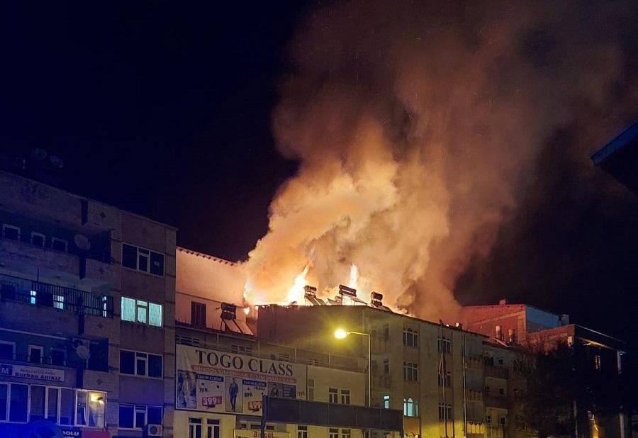 Bingöl'de 4 Katlı Binanın Çatısı Alev Alev Yandı