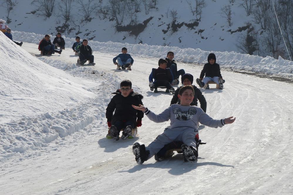 Trafiğe Kapalı Yol Kayak Pisti Oldu