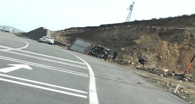 Kamyon Devrildi, Sürücü Hafif Yaralandı