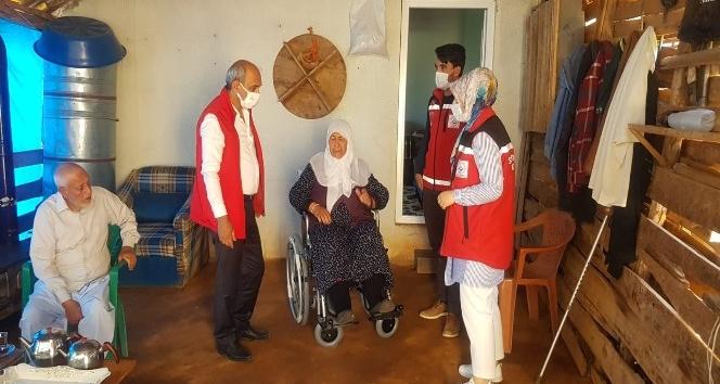 Yaşlı Kadına Tekerlikle Sandalye Desteği