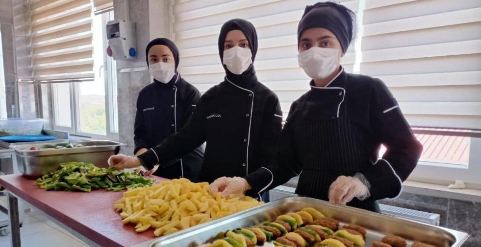 2 Bin 300 Öğrenciye Yemek Hazırlıyorlar