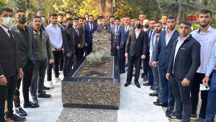 Ülkü Ocaklarından, Alparslan Türkeş'in Mezarına Ziyaret